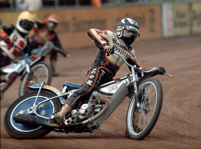 Speedway close racing.