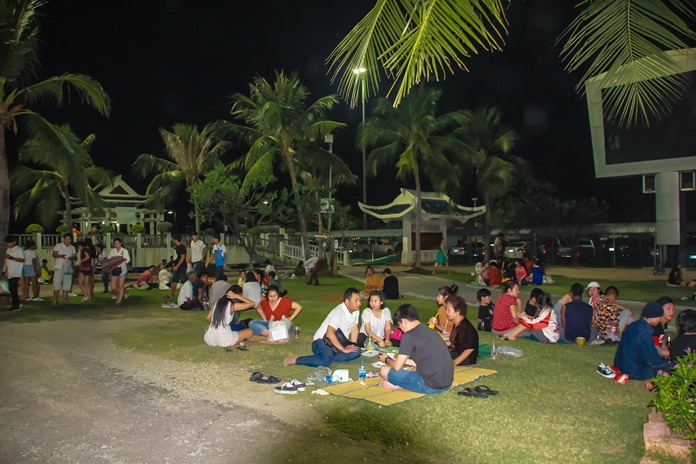 Lan Pho Park is a family orientated area, with people enjoying the atmosphere and tasty seafood.