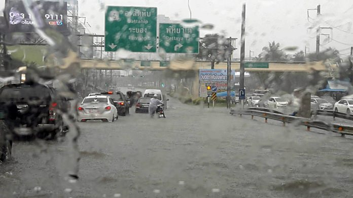 Sukhumvit Road was hit hardest, with the section near the Highway Department inundated with a half-meter of water.