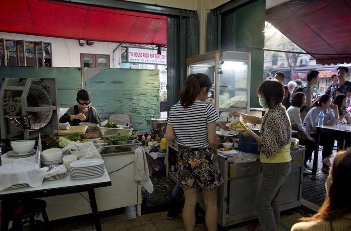Customers wait outside as Jay Fai cooks in Bangkok. (AP Photo/Gemunu Amarasinghe)
