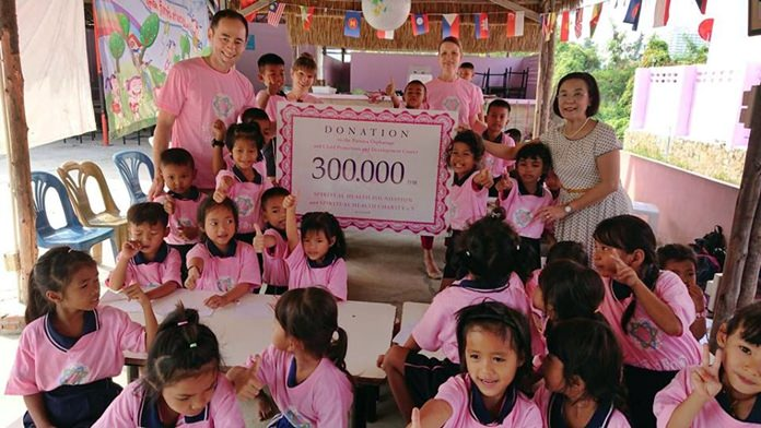 Carolin and Alexander Toskar from the Spiritual Health Foundation donate 300,000 baht to the HHN to support projects, scholarships, and other expenses within the center.