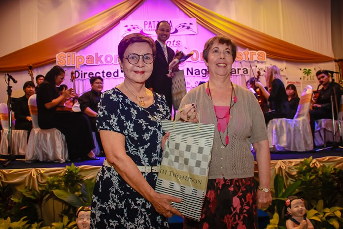 Judith Edmonds (right) presents a token of appreciation to Khun Sopin Tappajug in gratitude for her enormous support for the charity concert.