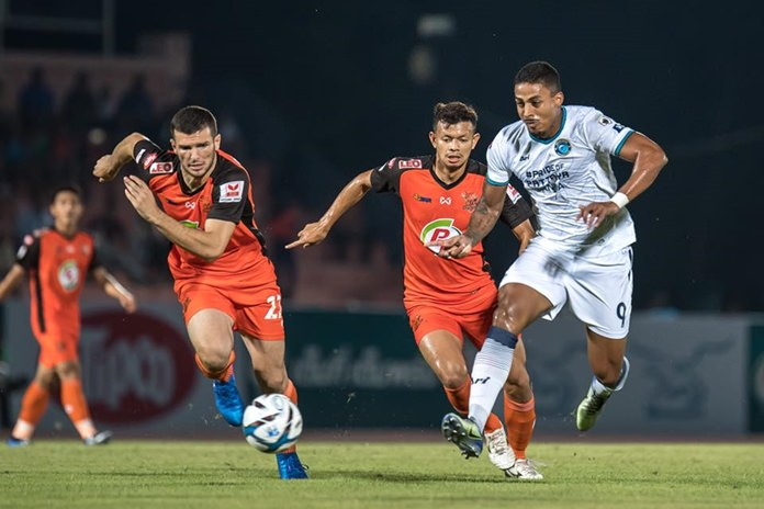 Pattaya United striker Lukian (right) battles for the ball with Prachuap defenders during the Thai League 1 game between Prachuap FC and Pattaya United at the Sam Ao Stadium in Prachuap, Saturday, Feb. 25. (Photo/Pattaya United)