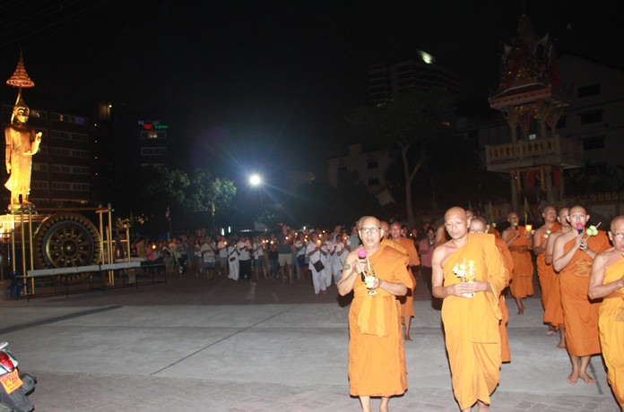 Phra Maha Phuchit Thisaro, abbot of Wat Nong Or led the Wien Tien ceremony followed by thousands of monks and devotees.