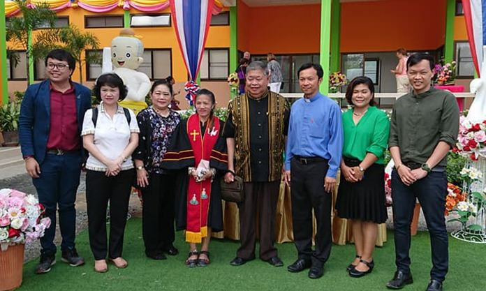 Pirun Noyeemjai (right), director of the Drop-In Center and members, pose for a commemorative photo at the opening of their new location.