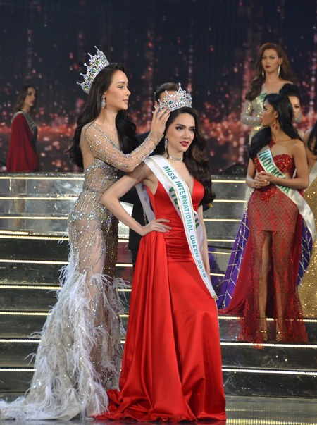 Miss International Queen 2017 Jiratchaya Sirimongkolnawin crowns Nguyen Huong Giang, Miss International Queen 2018.