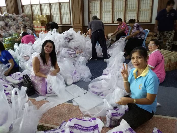 Chaimongkol Temple gave back to the community, donating 1,000 bags of food and necessities to Pattaya's poor at its annual merit-making festival.
