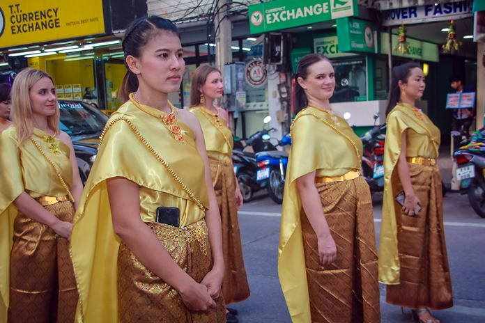 Even our friends from abroad look splendid in traditional Thai outfits ala Anna Leonowens.