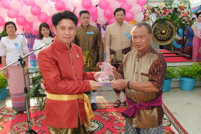 Gov. Pakarathorn Thienchai presented honorary shields to eight Chonburi residents who were honored for being outstanding artists and working to further Thai culture.