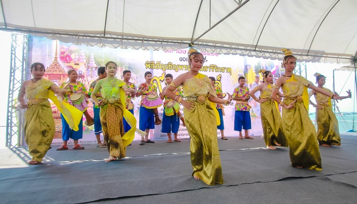The evening stage activities included traditional Thai dances performed by children from local schools.