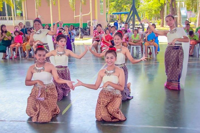 HHN dancers gave a memorable Ram Thai performance in their Lanna outfits.