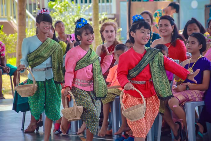 Youngsters perform the Ram Yae Kai Modaeng (poking a red ant nest) dance which originated in the Isaan region.