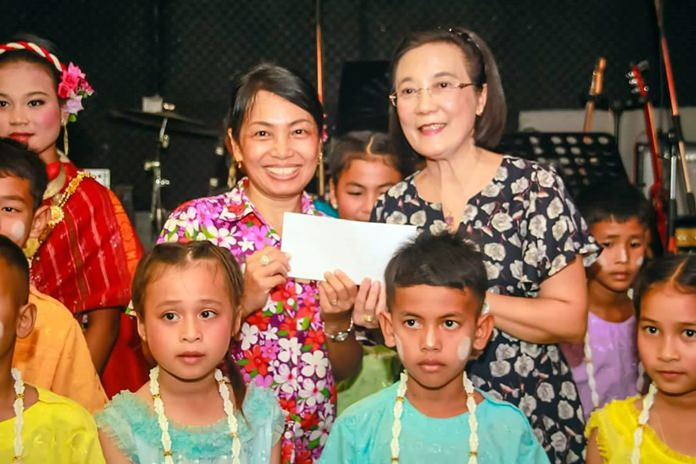 At the end of the show, President Nachlada Nammontree presents a donation to Radchada Chomjinda, Director of the HHN (Thailand) for the benefit of the children.