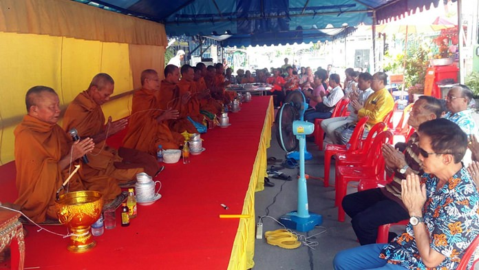 The Marbpradu Community organized a large merit-making ceremony during which nine monks from Boonsamphan Temple chanted and prayed.