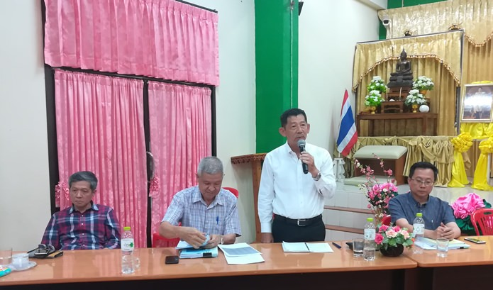 Mayor Anan Charoenchasri and Dep. Mayor Apichart Virapal held a meeting with residents of the Kratinglai and Ban Rongkeed communities at City Hall.