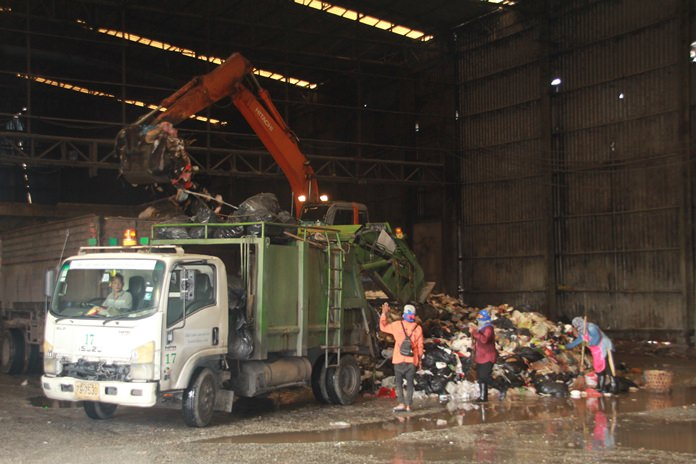 On Tuesday May 15, emergency contractor Ruamkha Advance Tech International began hauling away about 100 tons of excess garbage to a landfill in Rayong.