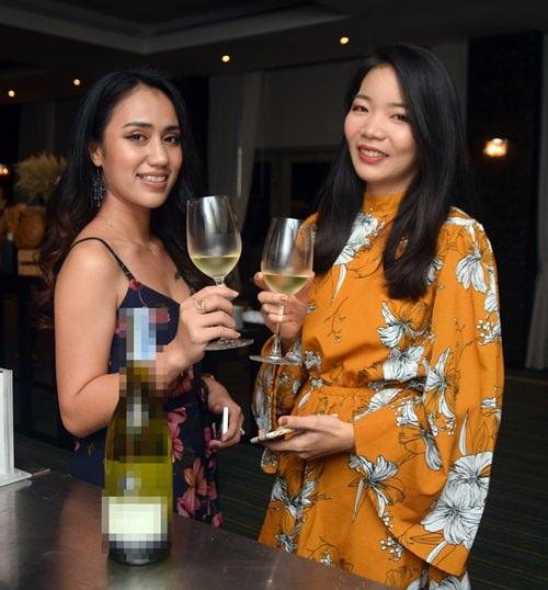 Two charming ladies enjoying the Selini Pinot Gris.