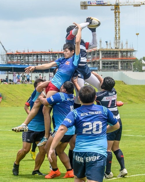 All hands to the pump at the lineout.