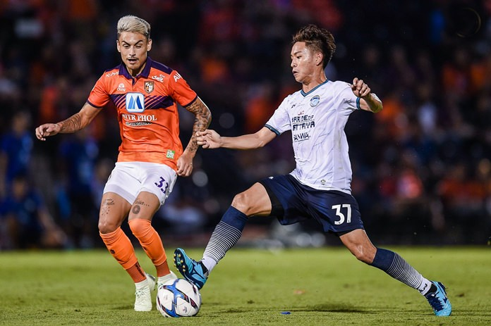 Pattaya United's Picha U-Tra (right) challenges for the ball with Ratchaburi FC's Phillip Roller during the Thai League 1 fixture at the Mitr Phol Stadium in Ratchaburi, Saturday, May 12. (Photo/Pattaya United FC)