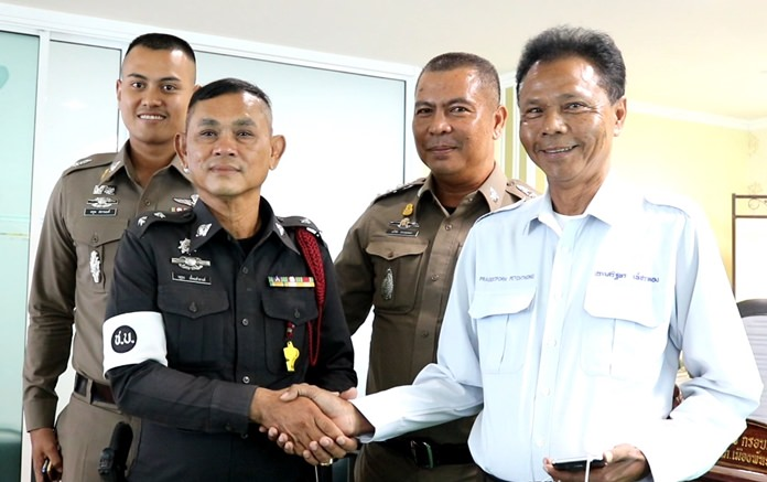 Prasertporn Petchthong and Pol. Lt. Wasutorn Eimsam-ang shake hands after ending their feud.