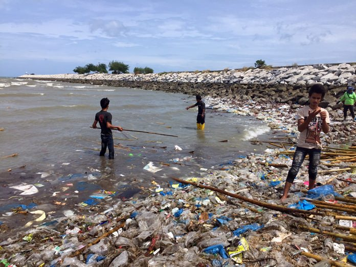 Najomtien officials organized a big cleanup of Baan Amphur Beach after waves of rubbish forced swimmers and sunbathers off the sand. So much trash came in on the tide it took two days to remove it all.