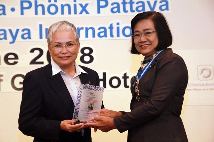 District Governor Onanong Siripornmanut (right) presents the prestigious Women in Rotary Award to Past President Ratana Yothawong of the Rotary Club of Jomtien-Pattaya.