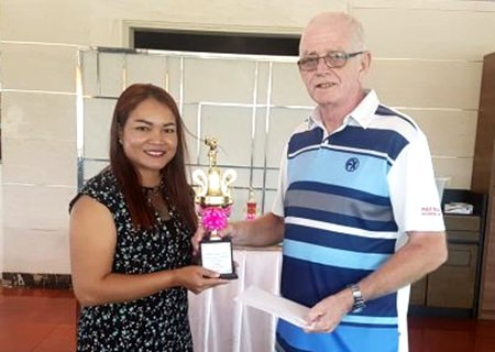 Sunanta Duangwaw (left) receives her prize from PSC Golf Chairman Sandy Mackay.