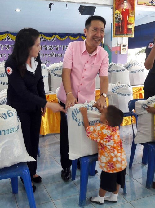 District Chief Naris Niramaiwong accompanied by staff, community leaders and soldiers, handed out the packages of food and household staples at Mabprachan, Wat Sawang Arom, Huay Kai Nao, Baan Pongsaket and Rong Heeb schools.