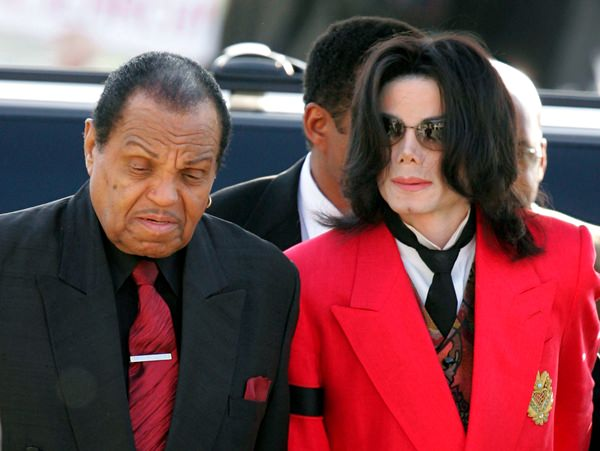 Joe Jackson (left) and his son Michael (right) are shown in this March 14, 2005 file photo. (AP Photo/ Carlo Allegri)