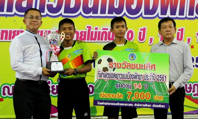 Players from Pattaya School No.1 receive their trophy and cash award after winning the under-14 category at the Pattaya futsal tournament, June 23.