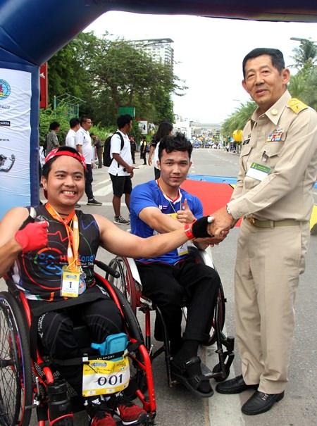 Pattaya Mayor, Pol. Maj. Gen. Anan Charoenchasri (right) congratulates race winner Sungkeek Sripraram (left).