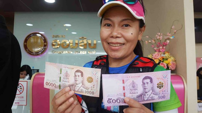 The general public can now exchange cash for new 500-baht and 1,000-baht banknotes at commercial banks.