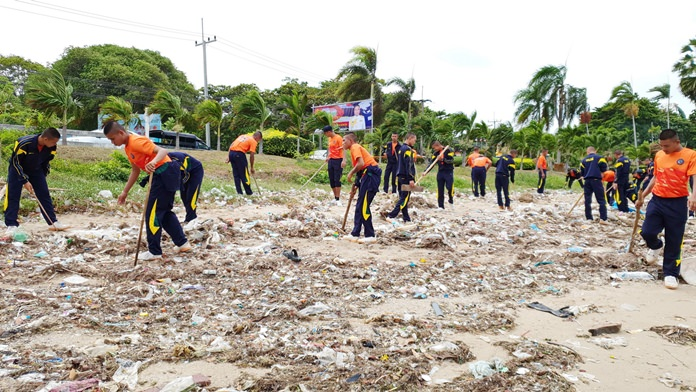 Sailors, students and scuba divers cleaned up beaches and the sea in Sattahip as part of a royal conservation project.