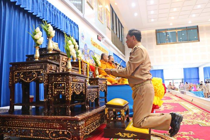Mayor Pairoj Malakul Na Ayutthaya officiated the July 25 celebration marking Khet Udomsak's 10 years as a municipality.