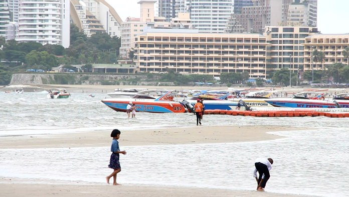 Speedboat operator Thongchai Siritham said about 30 single- and double-engine boats were deployed for the July 27-30 holiday thanks to the influx of tourists looking to go to Koh Larn.