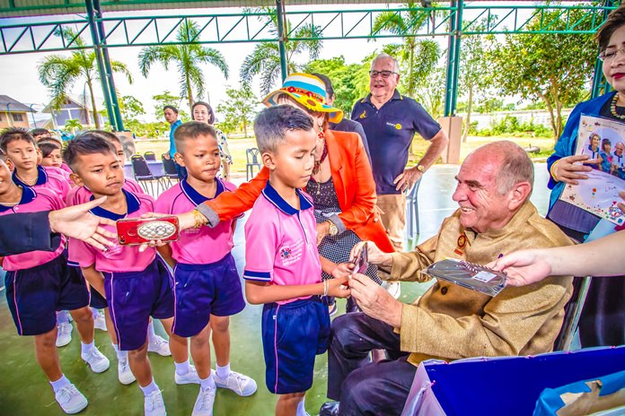 Past President of the Rotary E-Club Dolphin-Pattaya Otmar Deter celebrated his 80th birthday with children from the Child Protection and Development Center.
