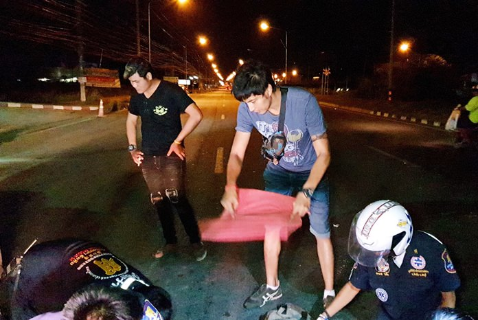Television actor Jub Ittikorn was among the first on the scene and came to the aid of a pedestrian hit by a car in Sattahip.