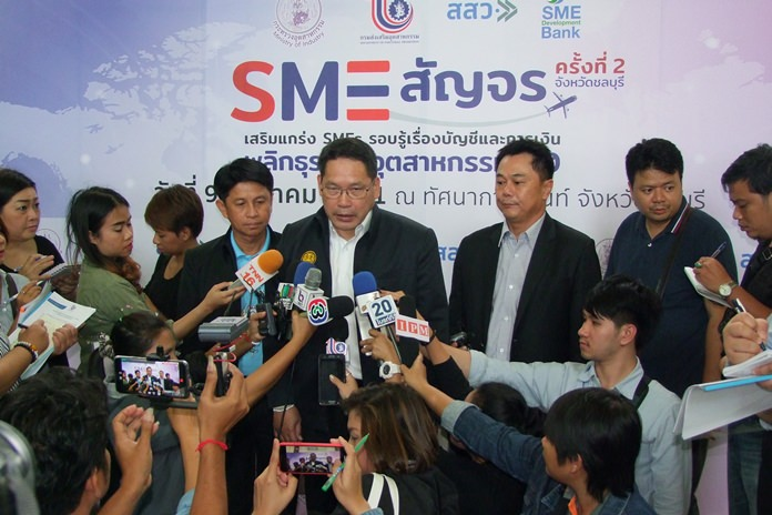 Industry Minister Utama Savanayon kicked off the Chonburi exhibition aimed at small accounting businesses.