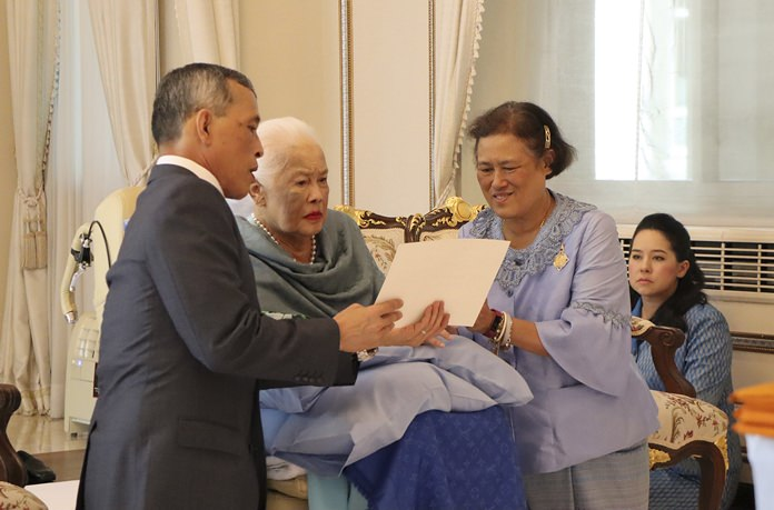 HM Queen Sirikit of the Ninth Reign, center, is visited by her children HM King Maha Vajiralongkorn and HRH Princess Maha Chakri Sirindhorn at the Chitralada Palace on the Queen's 86th birthday in Bangkok August 12. (The Royal Household Bureau via AP)