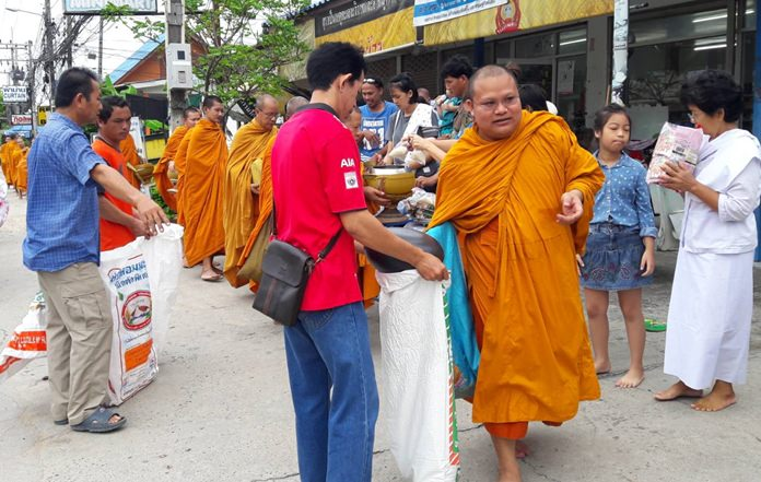 Residents in the Ta E-Tur Community of Nongprue offer alms to 20 monks on the occasion of National Mother's Day, August 12.