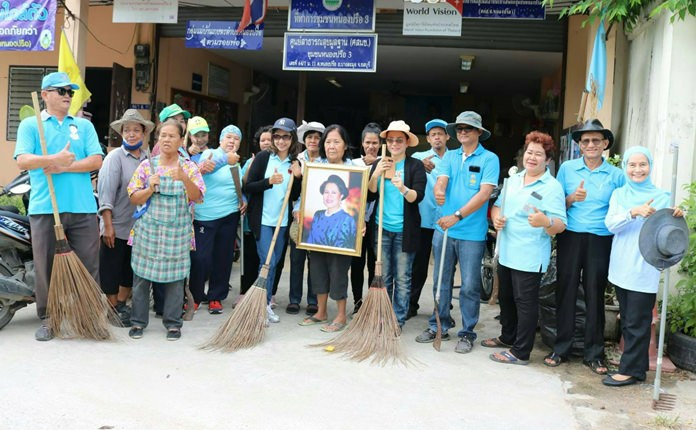 Members of the Nongprue 3 Community cleaned the streets to help make their area a nice place to live on the occasion of National Mothers' Day.