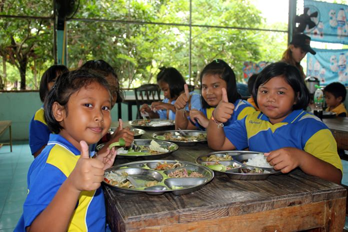 Club members served the kids a lunch of chicken green curry and noodles, stir-fried chicken with ginger, papaya salad, pork salad, fruit and desert.