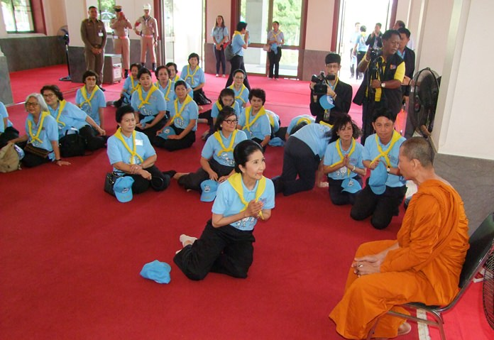 Napaporn Chan-O-cha and cabinet ministers' spouses made merit at Yansangwararam Temple in Pattaya for HM Queen Sirikit's birthday.