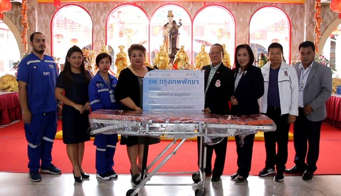 Bangkok Hospital Pattaya donated a stretcher to the Sawang Boriboon Thammasathan Foundation to support its emergency first responder program.