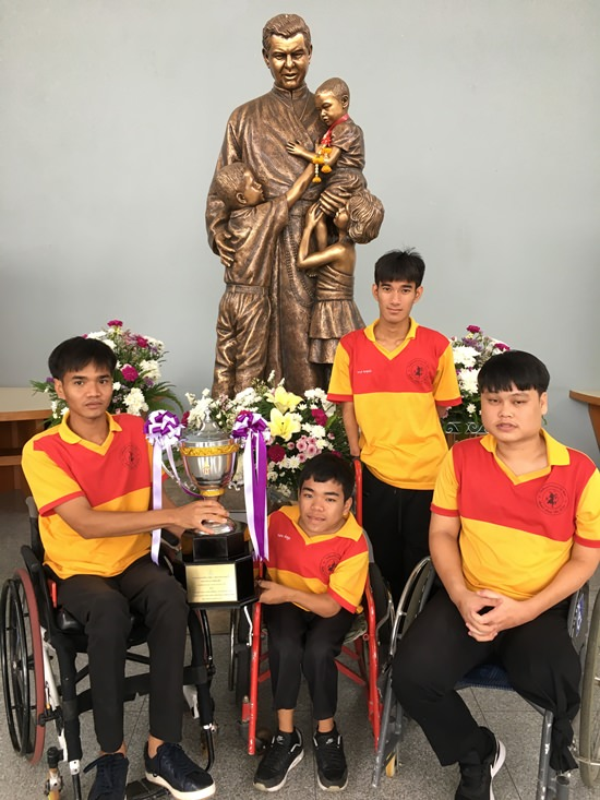 Tawan, Ting, Beer and Tle proudly show their trophy.