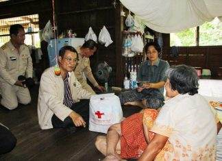 Ratchaburi Governor Chayawut Chantara visited flood affected areas on Monday and passed out survival bags.