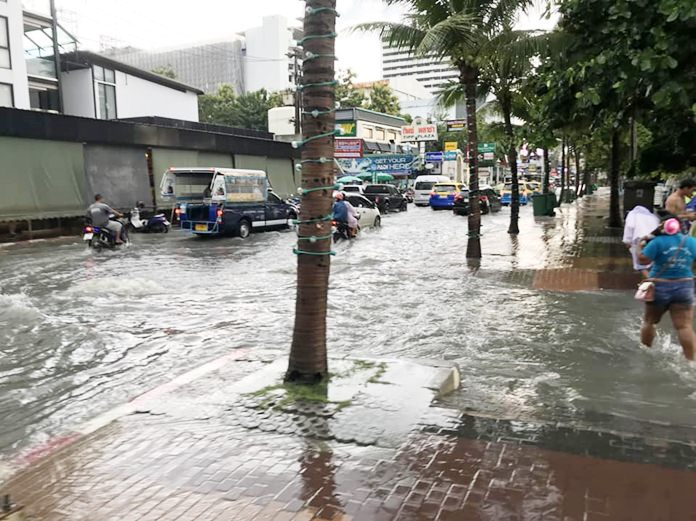 One again this year, the rainy season is going out with a bang. On September 23, a heavy storm dumped several cm of rain in just over an hour, overwhelming Pattaya's flood relief system. Shown here, Beach Road, which was flooded from north to south.