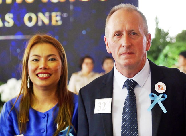 """British cave expert Vernon Unsworth, right, and his wife Woranan Ratrawiphukkun pose for a photo during the """"United as One"""" Bangkok, Thailand, Thursday, Sept. 6, 2018. (AP Photo/Sakchai Lalit)"""