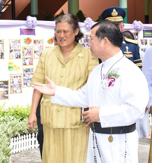 Welcoming H.R.H. Princess Maha Chakri Sirindhorn to the School for the Blind.