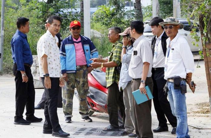 Deputy Mayor Pattana Boonsawat and city engineers meet with community leaders to discuss plans to lay much larger drainage pipes under Thepprasit Soi 7 to relieve chronic flooding.